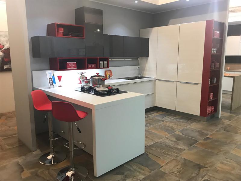 Cucina con penisola e blocco colonne arredamento mobili - Mobile cucina angolare ...