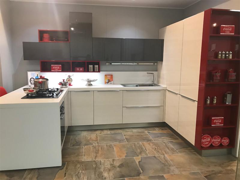 Cucina con penisola e blocco colonne arredamento mobili - Cucina angolare con penisola ...