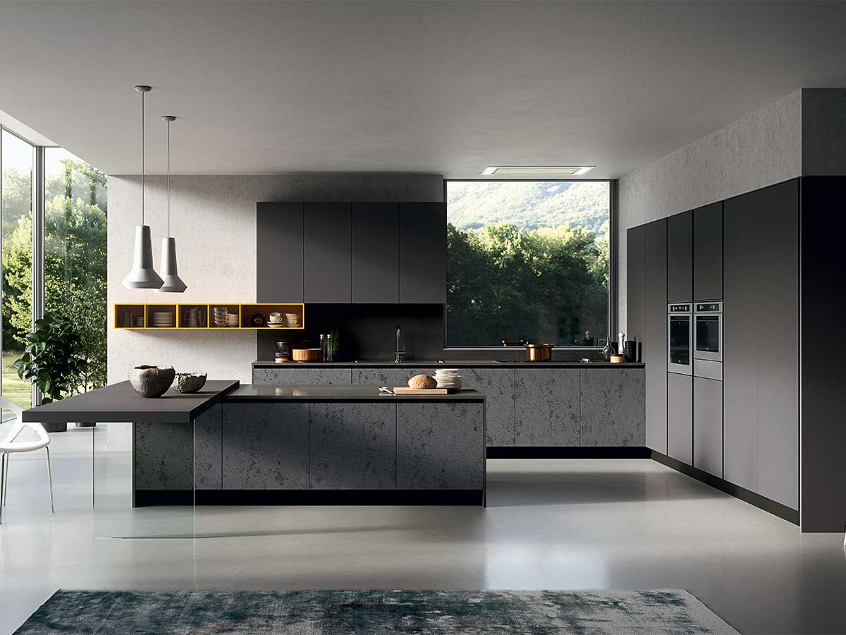 Cucina con anta in vetro scuro arredamento mobili for Cucine moderne scure