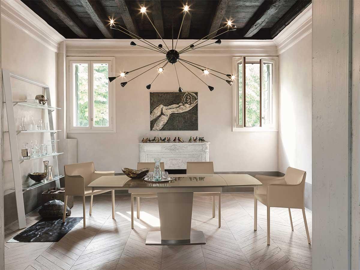 Tavolo allungabile con piano in vetro e struttura in metallo