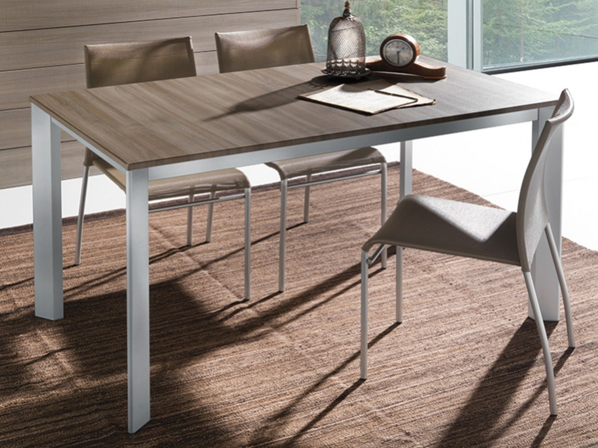 Tavolo alluminio anodizzato allungabile sedia impilabile for Tavoli e sedie soggiorno moderno